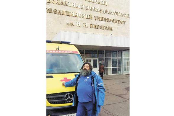 Un prêtre - médecin urgentiste, raconte comment il cumule son métier avec sa vocation
