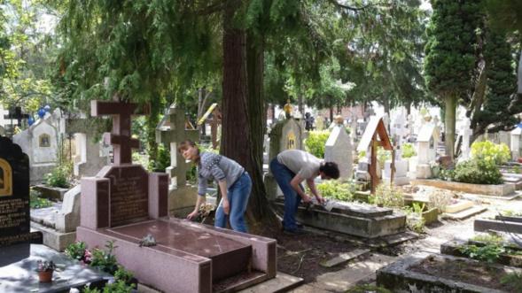 L'association de jeunesse « Chersonèse » a remis en ordre et aménagé  près de 50 tombes au cimetière de Sainte Geneviève des Bois