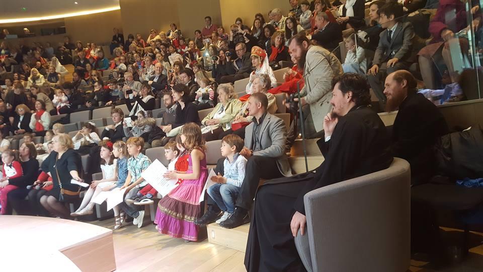 Album photo: les enfants fêtent  Pâques à la cathédrale de la Sainte Trinité