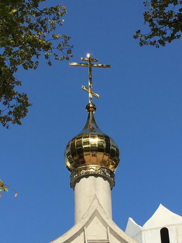 Installation d'une coupole avec une croix sur la porte principale du complexe religieux de Tous les Saints à Strasbourg