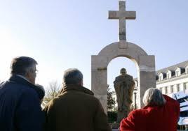 Symbole de l'« identité chrétienne » - la statue de Jean-Paul II fait front