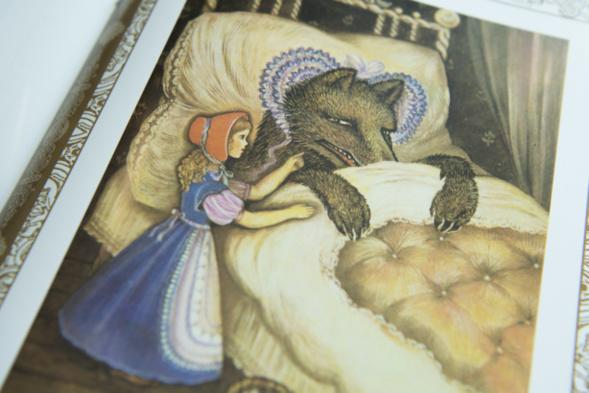 """Une nouvelle édition du """"Petit Chaperon rouge""""  de Charles Perrault  illustrée par Xenia Krivochéine"""