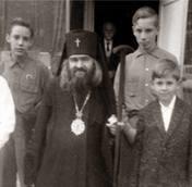 Émigration russe en Chine. Saint Jean de Shanghai au milieu des enfants de l'orphelinat de saint Tikhon de Zadonsk.