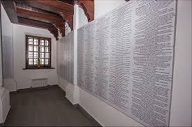 De grandes plaques sur lesquelles sont énumérées les victimes de la répression ont été installées dans l'église Saint Alexandre à Tobolsk