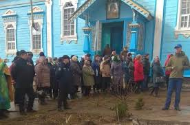 La police monte la garde autour de l'église d'un village d'Ukraine occidentale