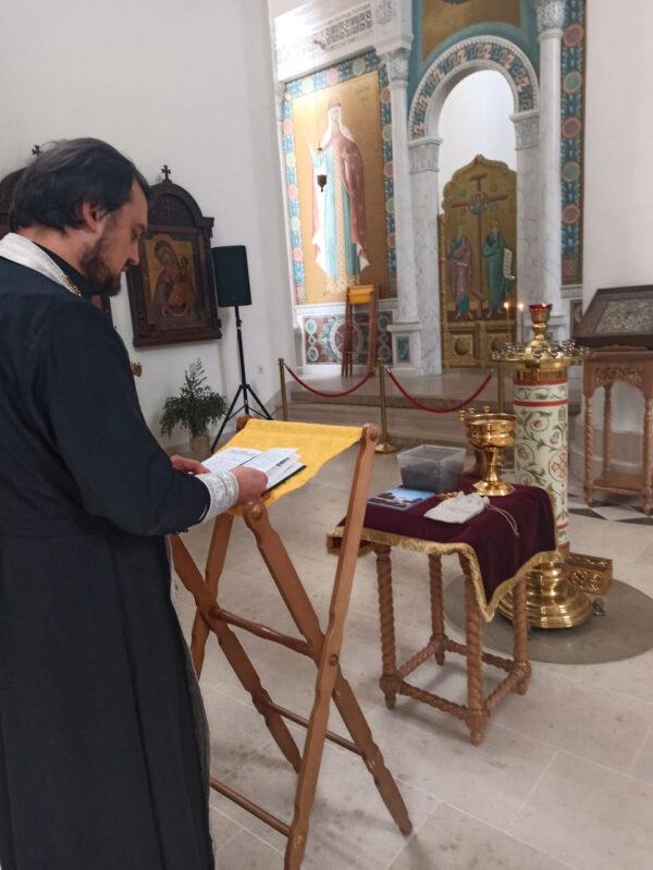 La terre recueillie sur le terrain paroissial de la nécropole russe de Sainte-Geneviève-des-Bois a été transférée dans une nouvelle église à Sébastopol à l'occasion du 100e anniversaire de « l'Exode russe »