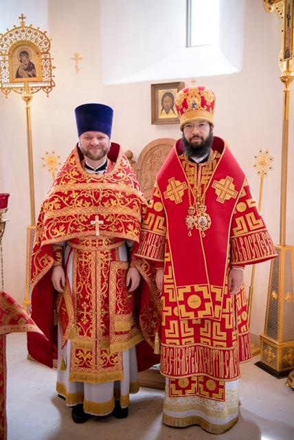 Mgr Antoine a  conféré le droit de porter un genouiller au père Maxime Politov  et a ordonné diacre Daniel Naberejny