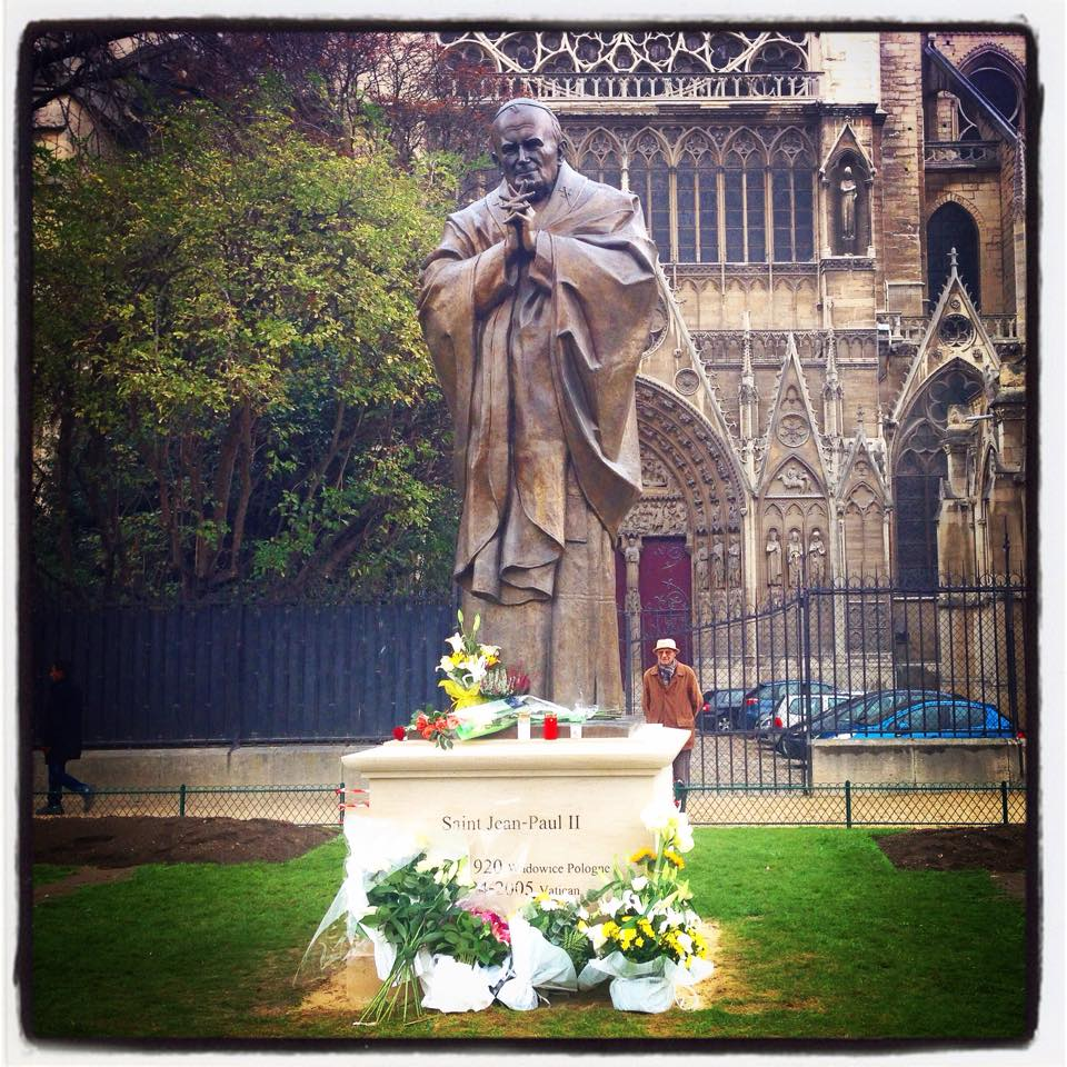 Une statue de Jean-Paul II dans le square Jean XXIII