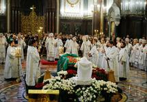 Six primats orthodoxes et des hauts représentants d'autres Eglises chrétiennes ont participé aux obsèques du patriarche Alexis