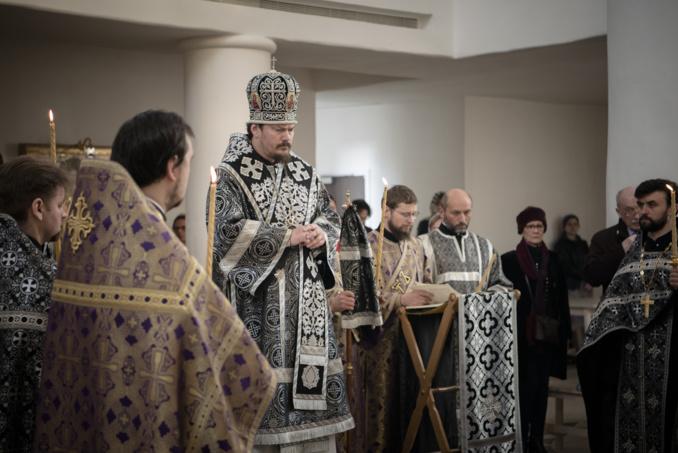 Mgr Nestor, évêque de Chersonèse, présida les matines du Vendredi Saint avec la lecture des douze évangiles