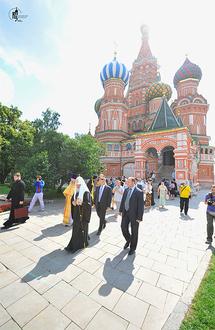 La célèbre église de la Protection de la Mère de Dieu (Saint-Basile le Bienheureux) sur la place Rouge de Moscou fête ses 450 ans