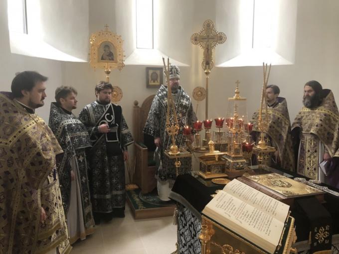 Mardi Saint: l'Exarque du Patriarche a célébré les Vêpres et la Liturgie des Saints Dons Présanctifiés en la cathédrale de la Saint-Trinité