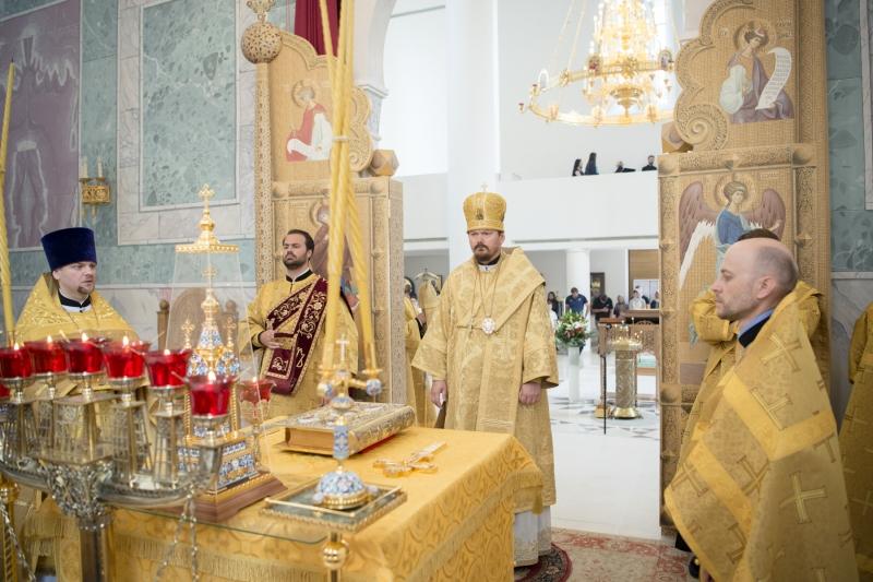 Mgr Nestor, évêque de Chersonèse, a célébré la Divine Liturgie de la fête de tous les saints de la terre Russe