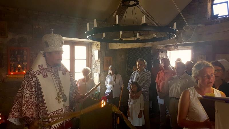 Monseigneur Nestor, évêque de Chersonèse, a célébré une divine liturgie à la paroisse de Vézelay