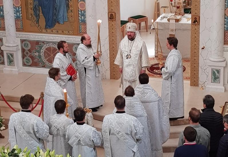 Le Samedi Saint: L'Exarque du Patriarche a célébré les vêpres et la Divine Liturgie en la cathédrale de la Sainte-Trinité