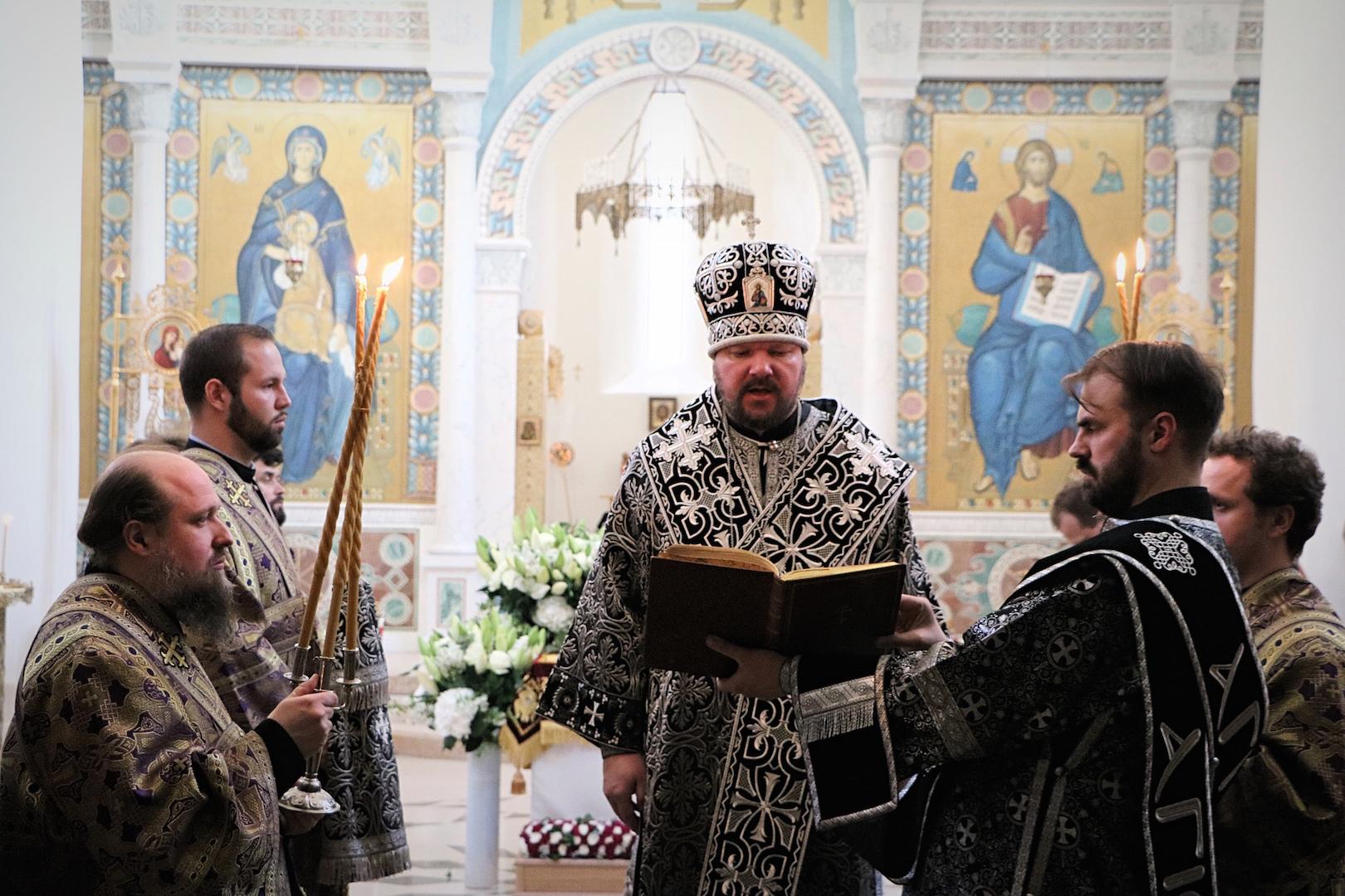 Le métropolite Jean a célébré les matines du Samedi Saint avec le rite de l'ensevelissement du Christ