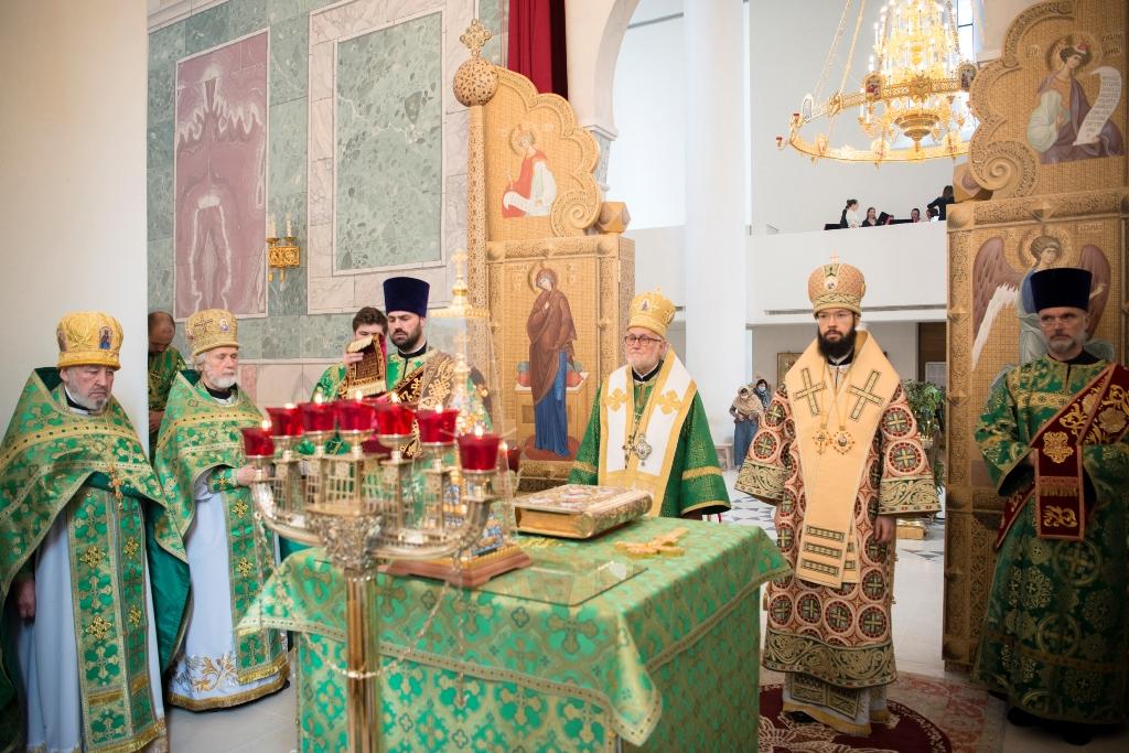 Le métropolite Antoine de Chersonèse et le métropolite Jean de Doubna ont célébré la Divine Liturgie en la cathédrale de la Sainte Trinité