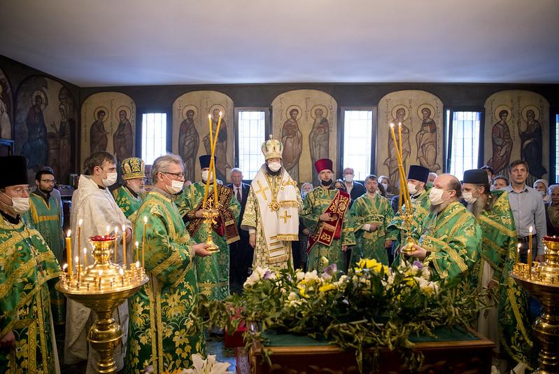 Le jour de l'Esprit Saint, Mgr Antoine a célébré la Divine Liturgie en l'église des Trois Saints Docteurs à Paris
