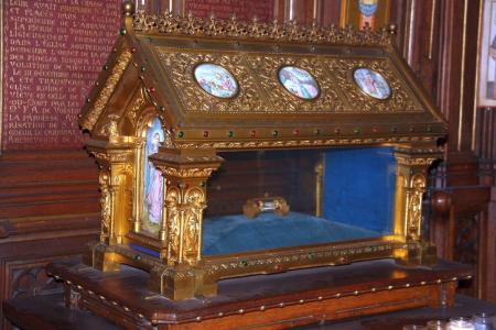 Des orthodoxes se rendent auprès du tombeau de Sainte Geneviève à Saint-Étienne-du-Mont à Paris