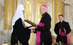 Le patriarche Cyrille de Moscou et Mgr Jozef Michalik, président de la Conférence des évêques catholiques de Pologne, signent une déclaration commune